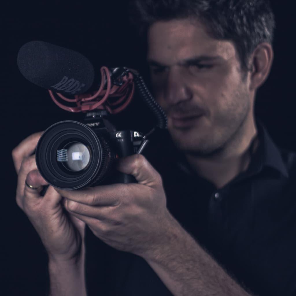 Daniel Zapata mirando una foto en una cámara digital
