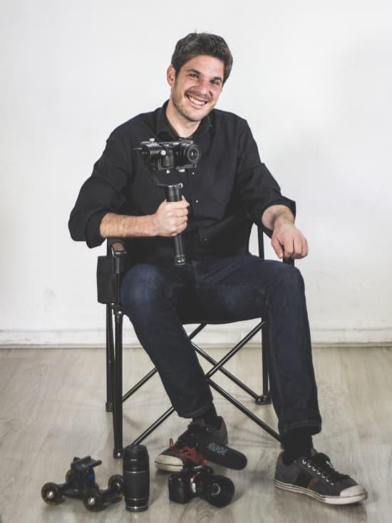 Daniel Zapata sentado en una silla de director con cámaras de vídeo