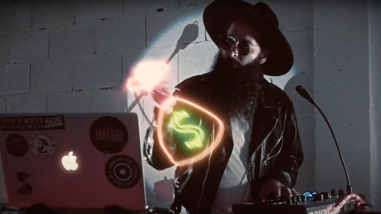 DJ con sombrero y barba pinchando