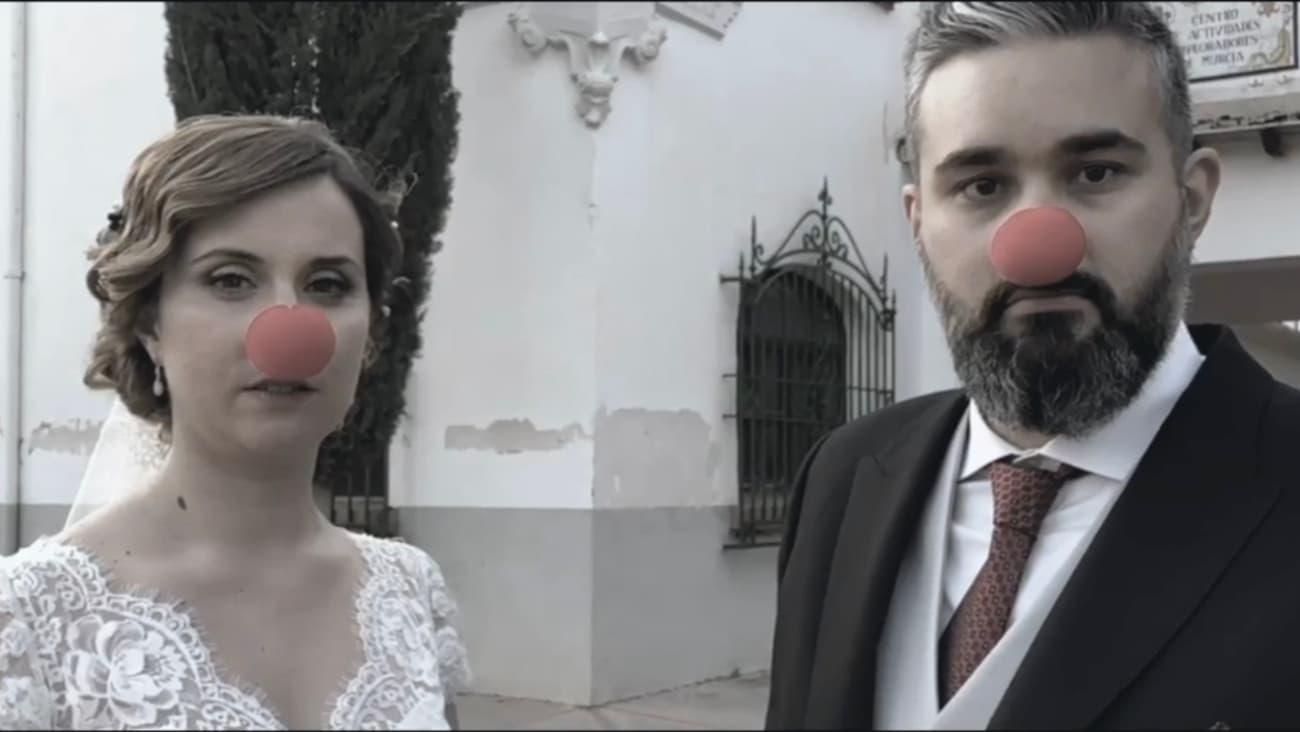 Pareja de recién casados con nariz de payaso roja